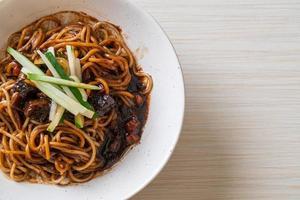 jajangmyeon o jjajangmyeon sono noodle coreani con salsa nera black foto