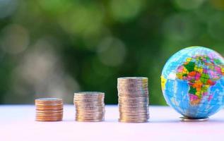 concetto di risparmio di denaro e accatastamento di monete sullo sfondo del tavolo, concetto di crescita aziendale, concetto di finanza e investimento, pubblicità di monete di finanza e banche foto