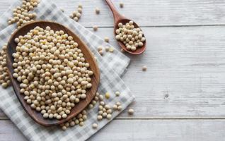 semi di soia su un piatto di legno foto