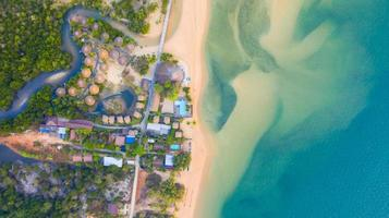vista aerea dall'alto, resort e spiaggia con acqua blu smeraldo sul bellissimo mare tropicale in thailandia foto