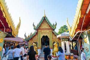 chiang mai, thailandia - 6 dic 2020 - vista del tempio d'oro di wat phra that doi kham a chiang mai, thailandia. questo tempio è arroccato sulla collina di doi kham foto