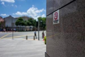 un segno di divieto di fumo di Singapore per legge foto