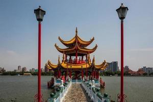 la pagoda del drago e della tigre a kaohsiung foto