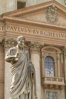 statua di san pietro di giuseppe de fabris in piazza san pietro, città del vaticano foto