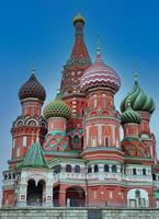 la cattedrale di san basilio sulla piazza rossa di mosca, di fronte al cremlino. foto