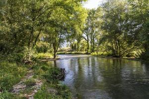 fiume nero che scorre sulla diga polimerica foto