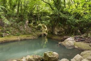 fiume nero che nasce dalle cascate delle marmore foto