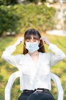 ragazza che indossa una maschera medica causa covid 19 foto