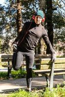 ragzzo fa attività fisica al parco foto