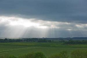 bellissima campagna e raggi di sole vicino a Kiel, Schleswig Holstein, Germania foto