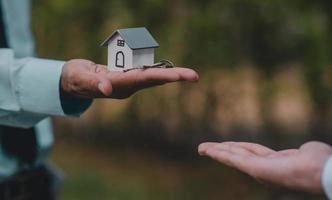 mano dando chiave casa affari vendita affitto assicurazione foto