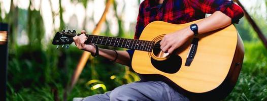 persona che suona la chitarra fuori foto