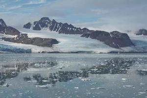 paesaggio costiero vicino a ny alesund sullo spitsbergen foto