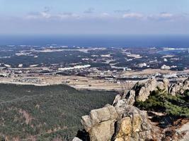 la vista della città di sokcho dalla vetta. montagne seoraksan, corea del sud foto