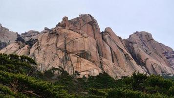 grandi rocce nel parco nazionale di seoraksan foto