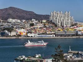 grande nave nella baia della città di Yeosu. Corea del Sud foto