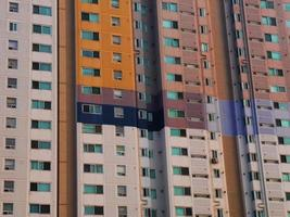 una facciata di un grande edificio nella città di Incheon. Corea del Sud foto