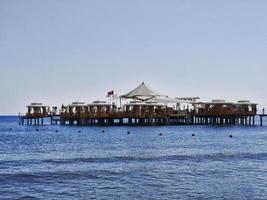 ristorante sull'acqua nella città di antalya, turchia foto