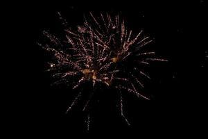 fuochi d'artificio rossi su sfondo nero foto