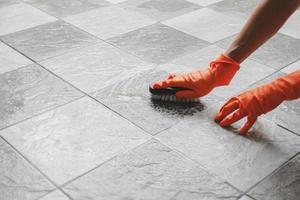 pulire il pavimento piastrellato foto
