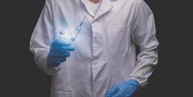 i medici che tengono le siringhe si preparano a curare le persone in tutto il mondo illustrazione 3d foto