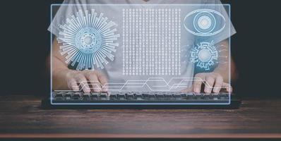 uomo che utilizza l'illustrazione dello schermo olografico del computer foto