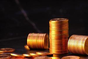 pila di monete sullo sfondo del tavolo e risparmio di denaro e concetto di crescita aziendale, concetto di finanza e investimento, file di monete per finanza e banche foto