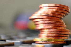 primo piano monete d'oro sullo sfondo del tavolo e risparmio di denaro e concetto di crescita aziendale, concetto di finanza e investimento foto