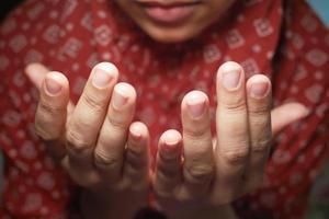 primo piano delle donne musulmane che pregano a mano al ramadan foto