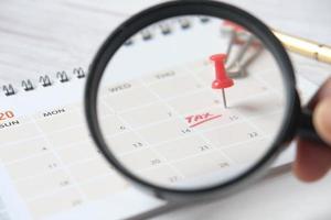 concetto di giorno fiscale con cerchio rosso alla data del calendario foto