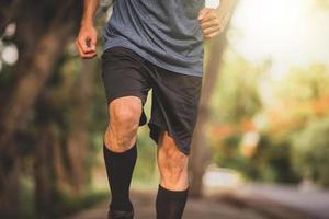 primo piano uomo al ginocchio che corre esercizio sportivo, uomo che corre foto