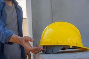 Ingegnere ingegnere architetto azienda elmetto casco lavorando sul sito costruzione di edifici foto