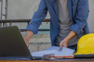 lavoratore dipendente che lavora con la tecnologia informatica nella costruzione del sito foto