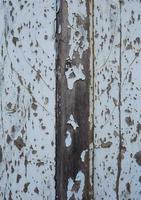 vecchia porta di legno abbandonata foto