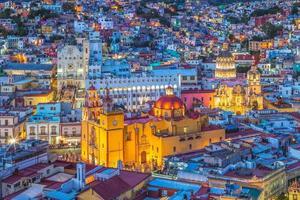 vista aerea di guanajuato con la cattedrale in messico foto