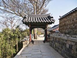 bellissimo arco tradizionale nel tempio naksansa, corea del sud foto