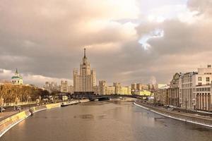 vista della città del fiume moskva in inverno foto