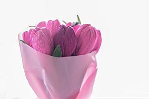 un mazzo di fiori di carta ondulata colorata a forma di tulipani foto