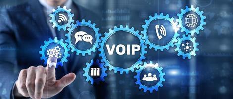 VoIP voce su ip. uomo d'affari premendo lo schermo virtuale voice over internet protocol foto