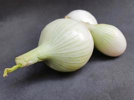 cipolla bianca di origine naturale per preparare piatti vegetariani foto