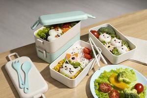 vista dall'alto composizione cibo bento box giapponese foto