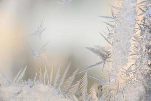 modelli di brina sul vetro della finestra invernale in condizioni di freddo gelido foto