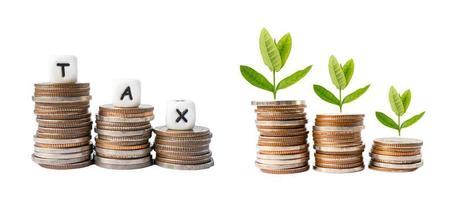 alfabeto bonus sulla pila di monete denaro più dal reddito di pagamento dello stipendio per l'impiegato d'ufficio. foto