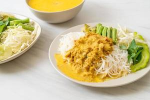 spaghetti di riso thai con curry di granchio e verdure varie foto