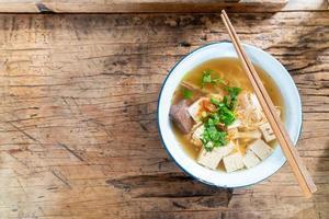 zuppa di noodle di riso vietnamita con maiale e pollo foto