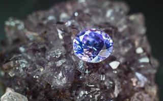 gemma di zaffiro viola naturale, gioielli di pietre preziose di ametista viola foto