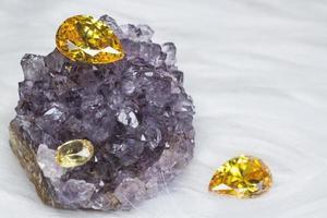 gemma di zaffiro giallo naturale, bellissima gemma di citrino in oro giallo isolato su sfondo nero, come sfondo di gioielli foto