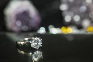 primo piano dell'anello di fidanzamento con diamante. amore e concetto di matrimonio foto
