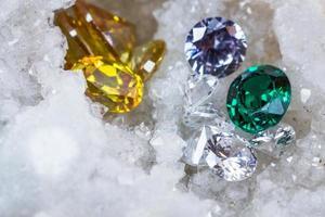 pietra preziosa naturale dello zaffiro, gioiello o gemme sul colore nero di lucentezza, raccolta di molte pietre naturali differenti ametista foto