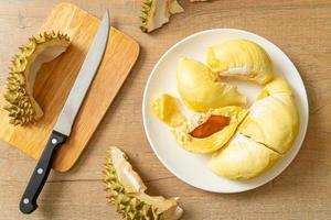 durian stagionato e fresco, buccia di durian foto